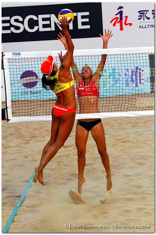 FIVBbeachvolleyball_worldchampions03julianafelisbertadasilva_larissafranca